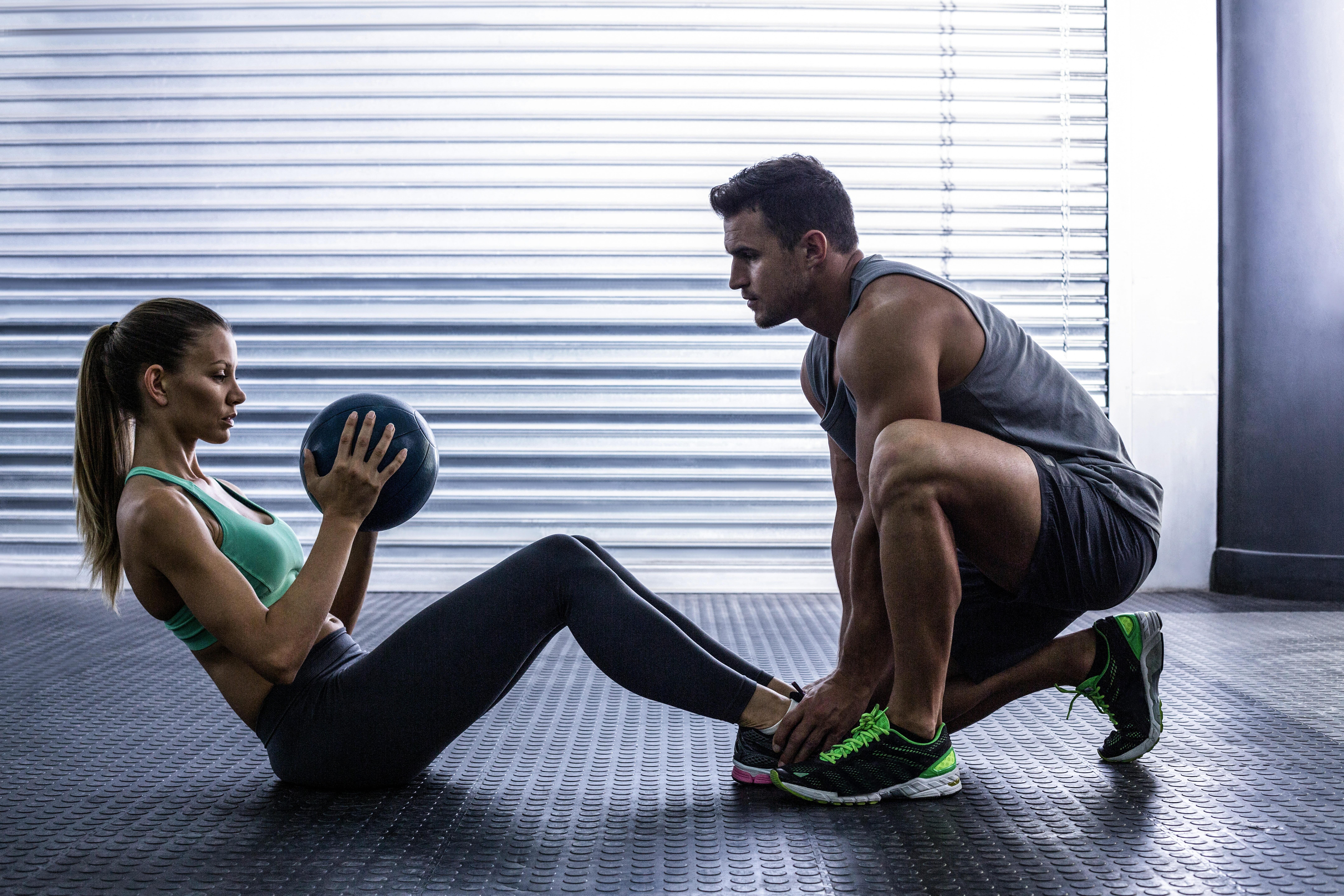腹部のボール運動をしている筋肉のカップルの側面図