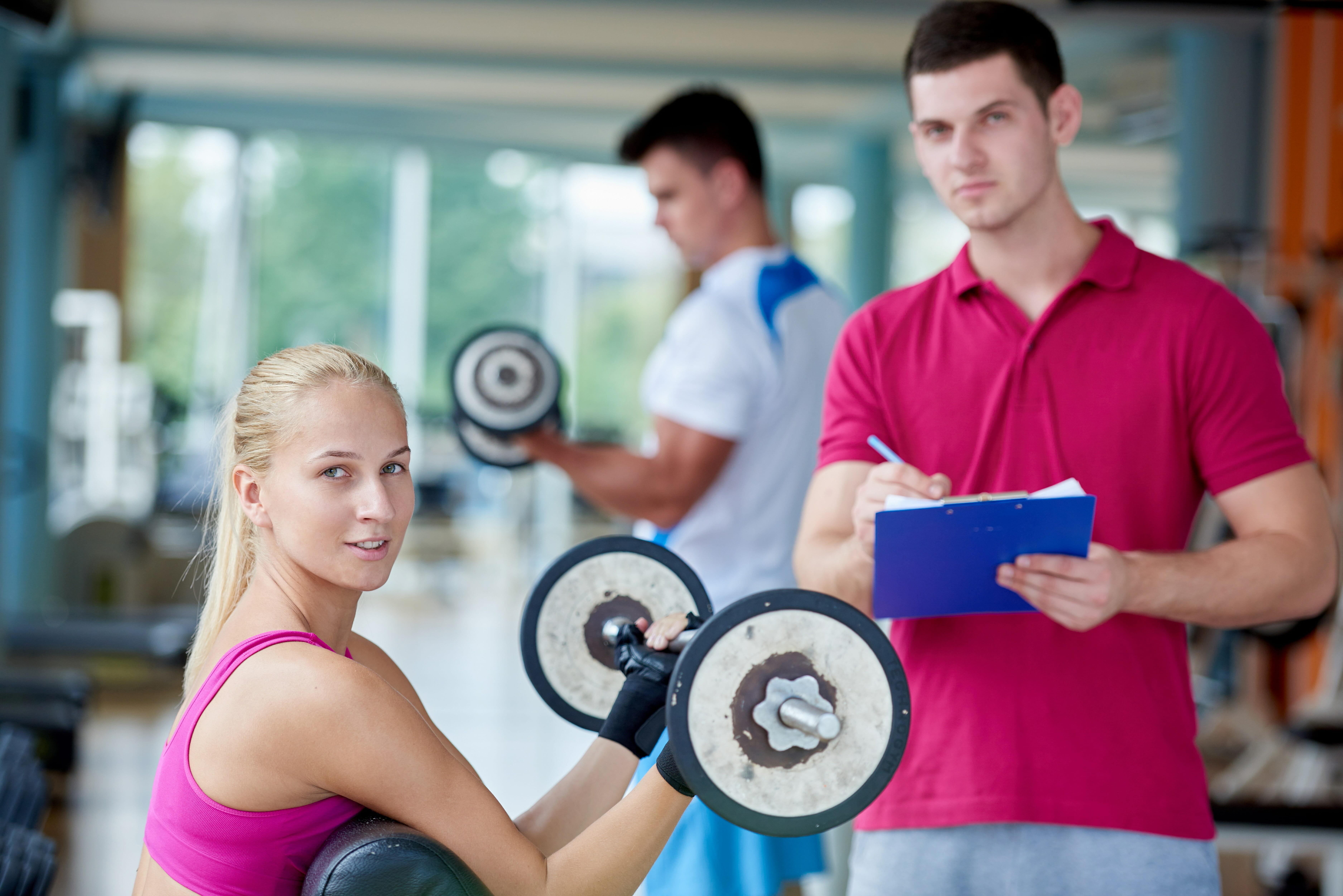 若いトレーナーと女性