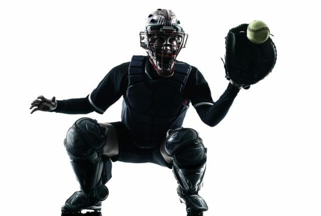 ソフトボールをプレーする若い女性