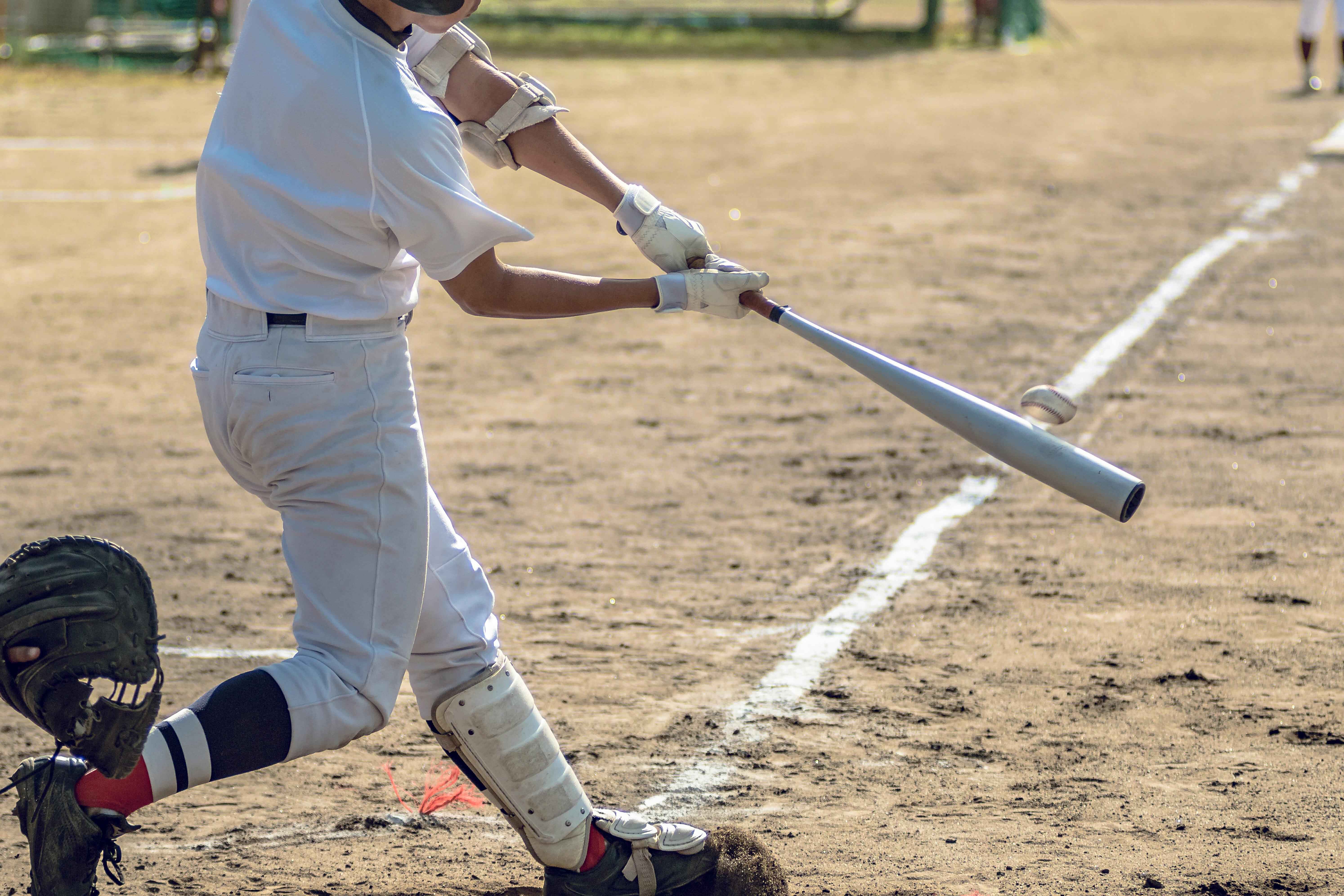 野球でレッグガードを着けたバッター