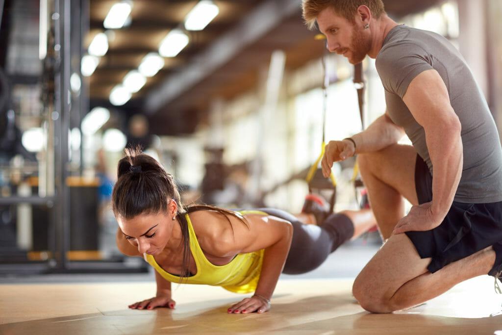 トレーニングをする女性と指導するトレーナー