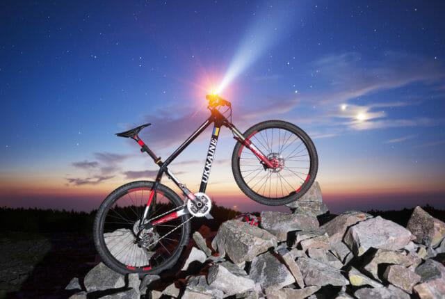 岩の上でヘッドライトが付いている自転車