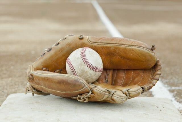 野球のグラブとボール