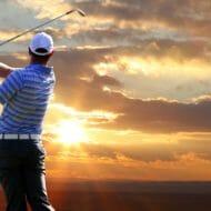 ゴルフをプレーする男性