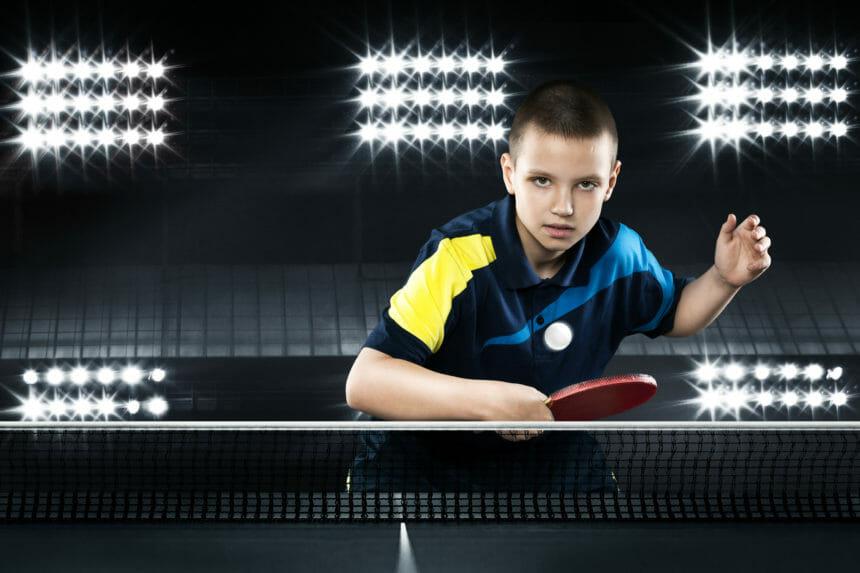卓球をする少年