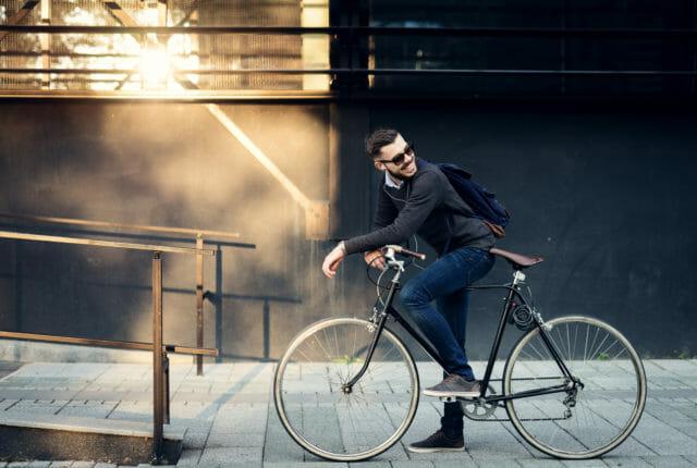 自転車で通勤する若い男性