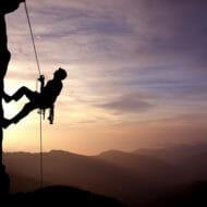 絶壁を登るクライマー