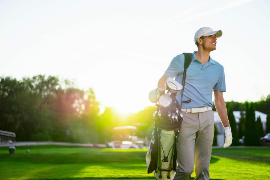 男性ゴルフプレイヤー