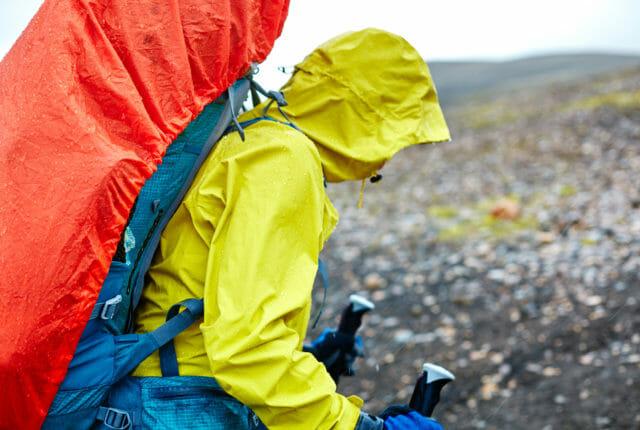 登山でレインジャケットを着用