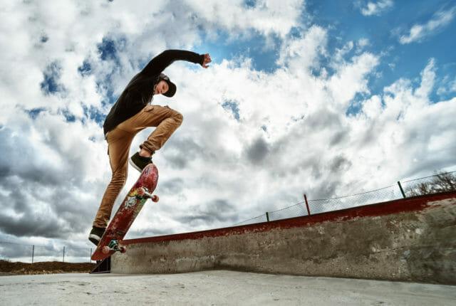 トリックするスケートボーダー