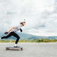 道路を滑るスケートボーダー