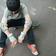 落ち込むスケートボーダー