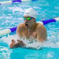 平泳ぎをする男性アスリート選手