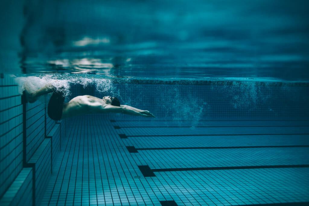 背泳ぎのスタート