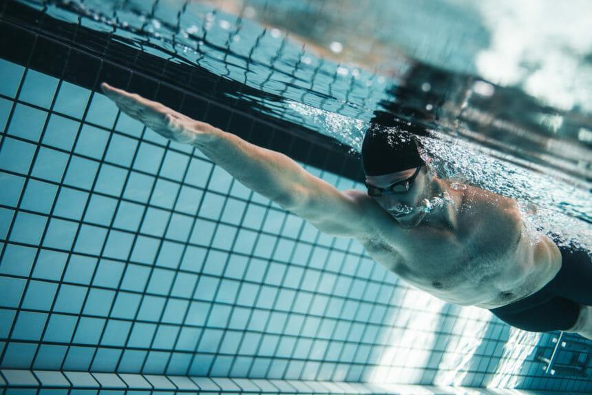 男性の競泳選手