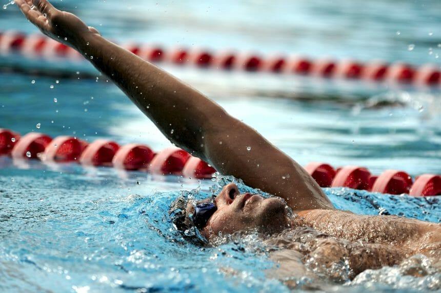 背泳をする男性