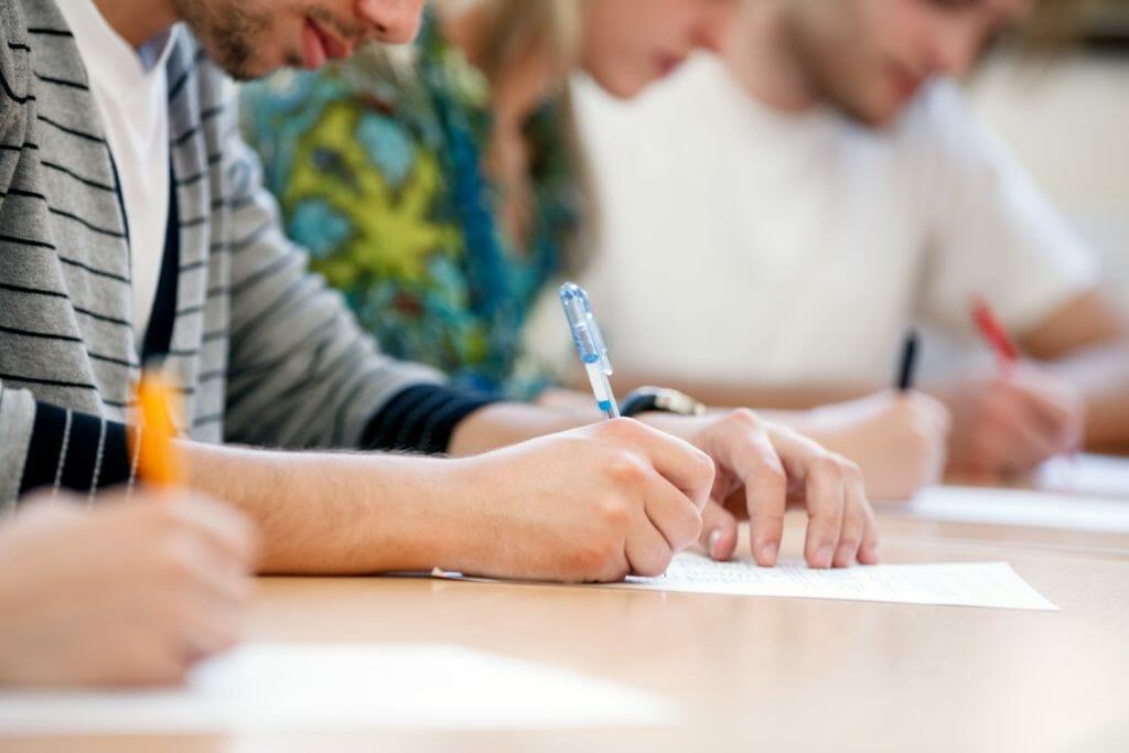 手で筆記する学生