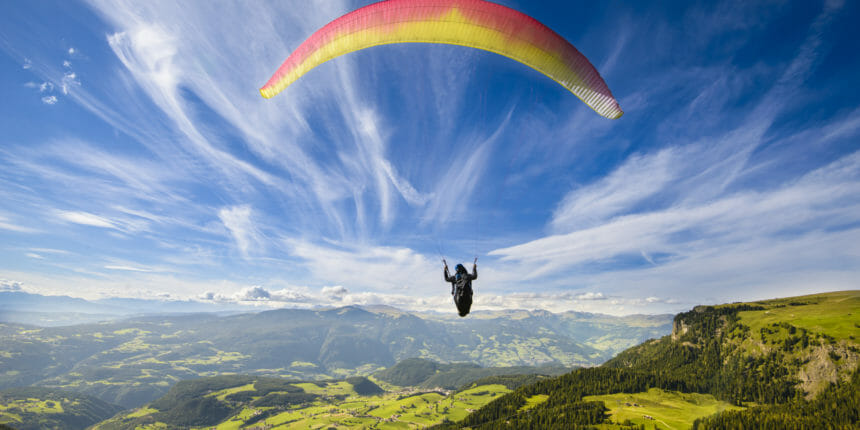 山間部を飛ぶパラグライダー