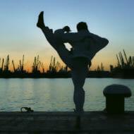 格闘技を練習する男性