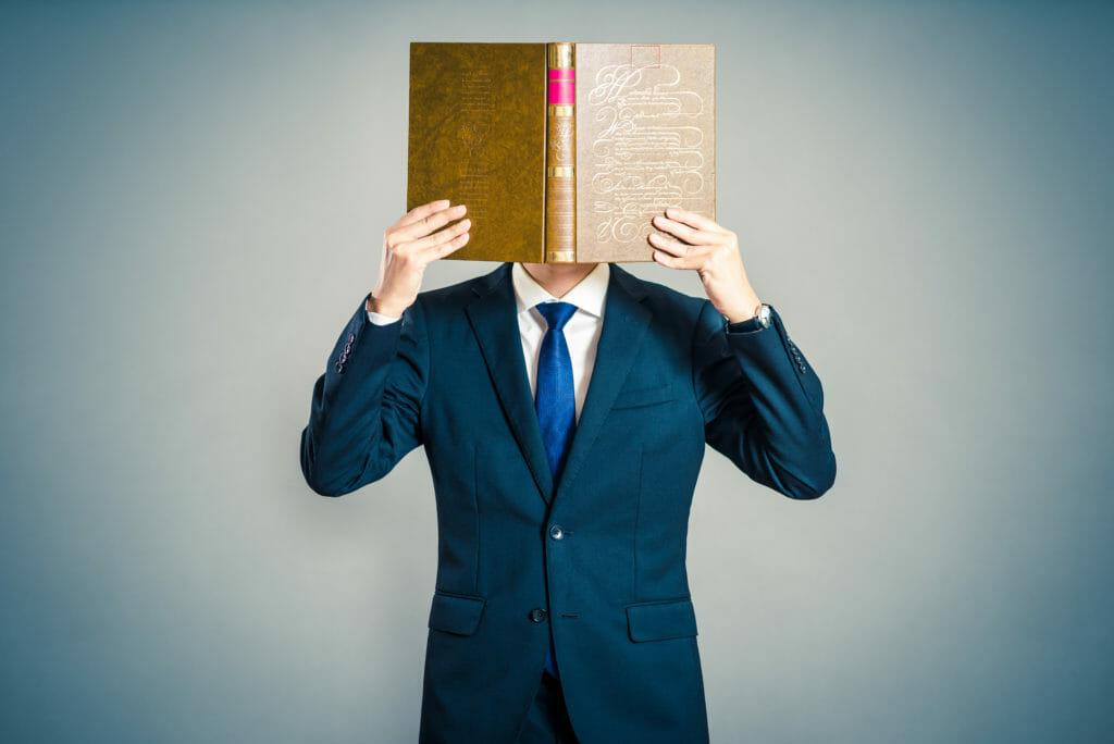 本に顔を近づける男性