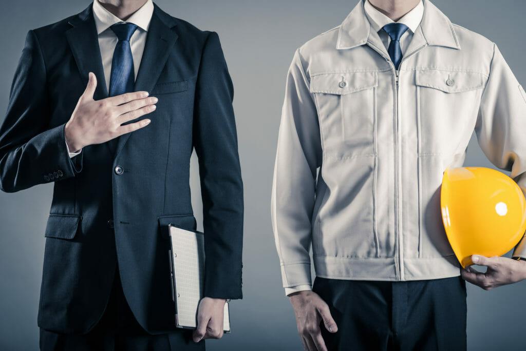 作業着とスーツの男性