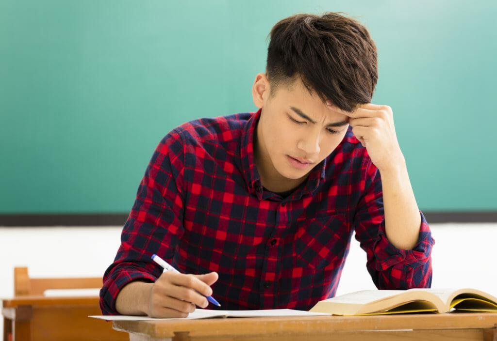 テスト勉強でストレスを感じる男性